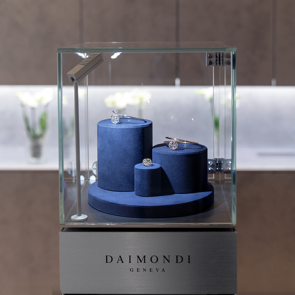 Daimondi: showcasing jewelry in a surprising manner.