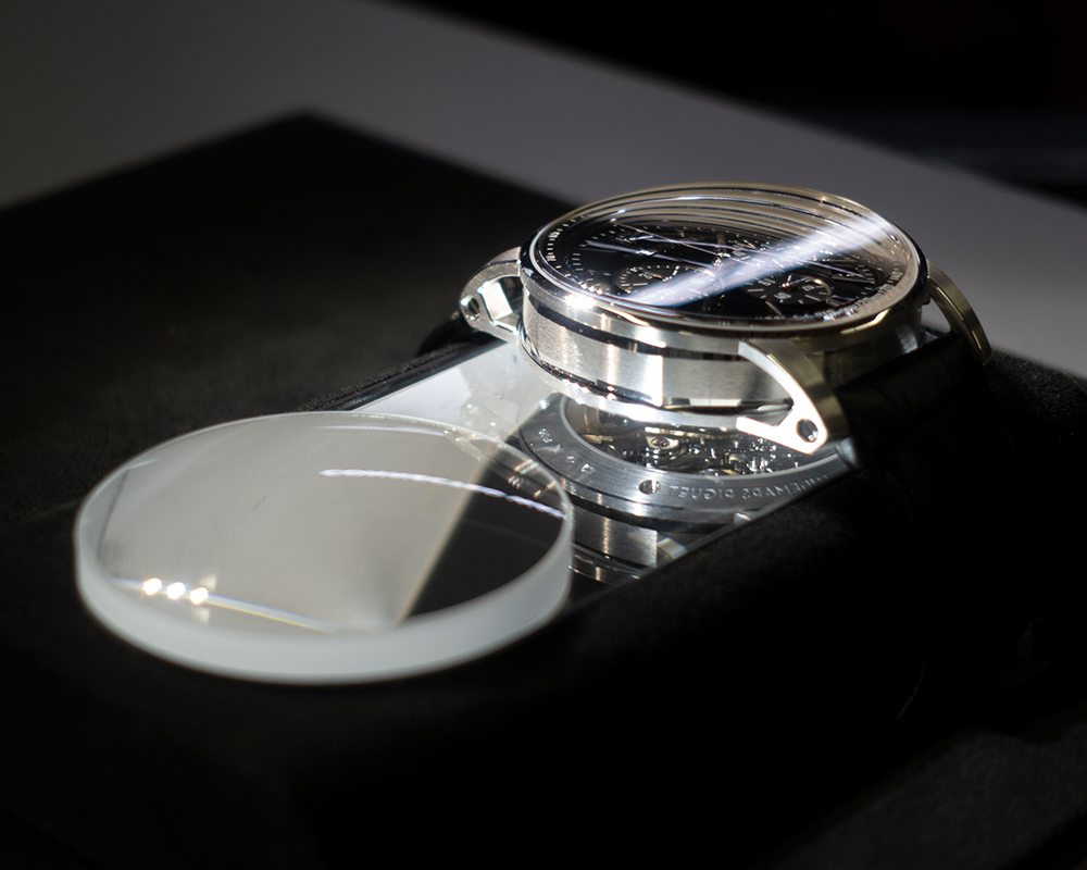 Free Access series3 : by placing the product on the cushion, the back of the watch immediately appears just beside it.