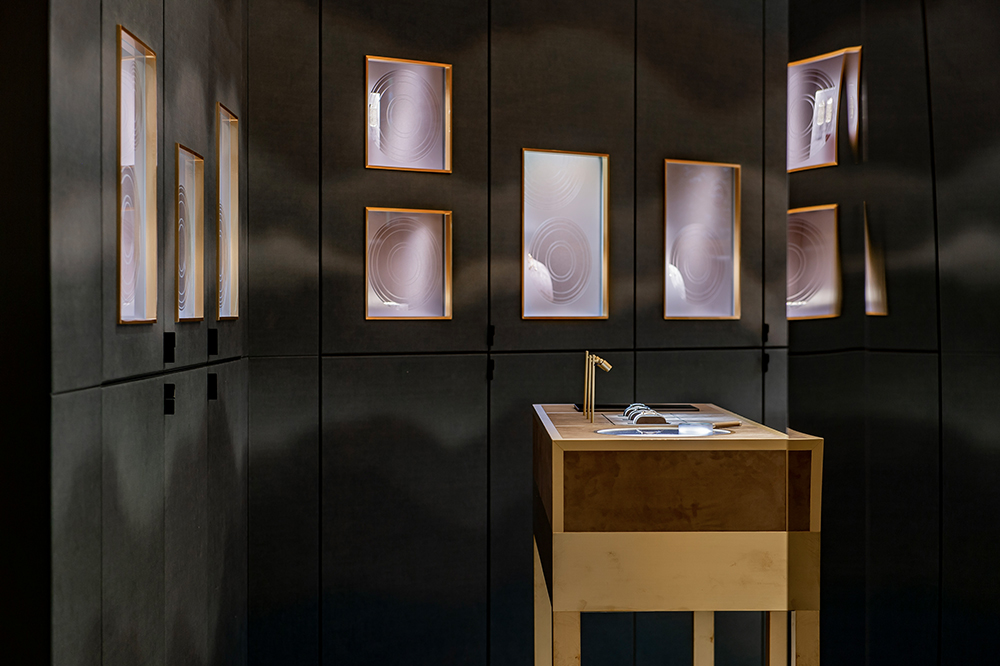 Touring exhibition for Hermès with rotating free access displays.