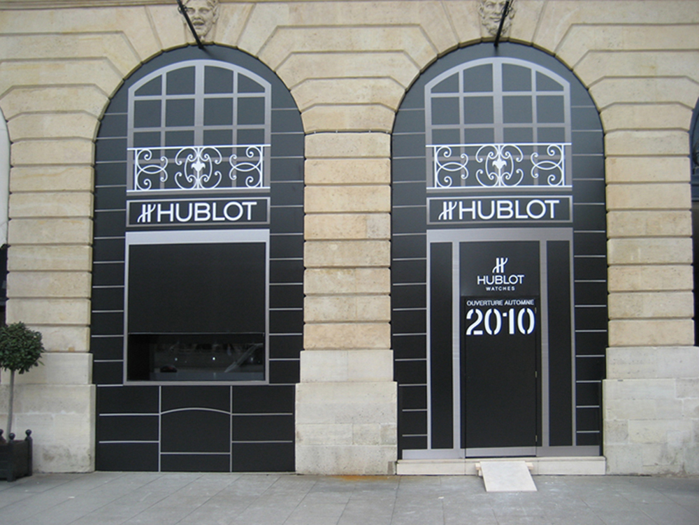 A 3 meter large fully synchronized holographic display window at Hublot boutique, place Vendôme in Paris.