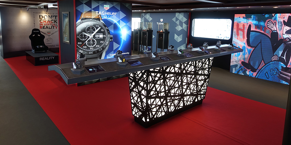 Tag Heuer and its connected table.  Fourteen freely accessible products on a table – a futuristic vision in terms of consumer-oriented product presentation.