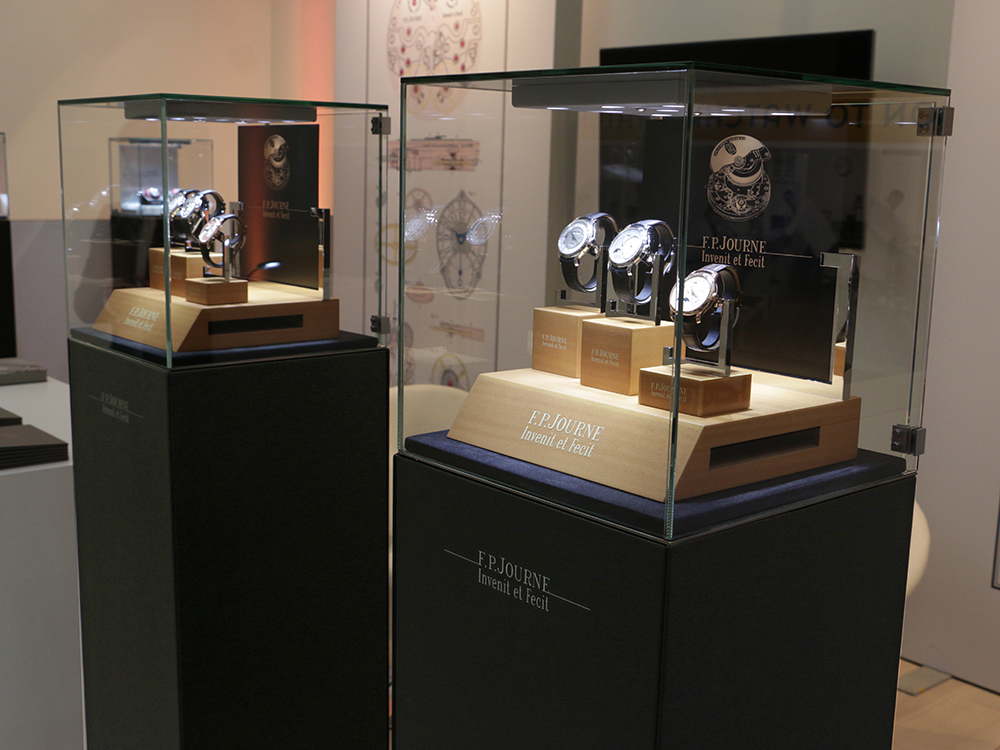#salonqp #saatchigallery #london #fpjourne #blackmonolith #displaycase