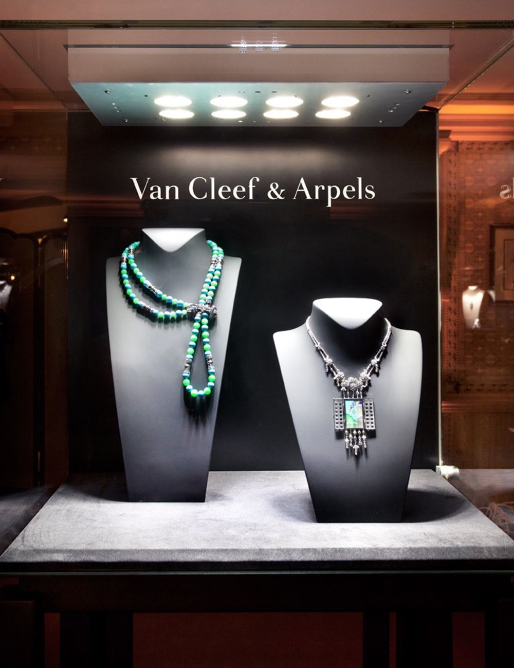 #Van Cleef & Arpels #vancleef #gstaad #gstaadpalace #lighting #led #display #showcase #ledspot #focus #eclairageproduit #vitrine #boutique
